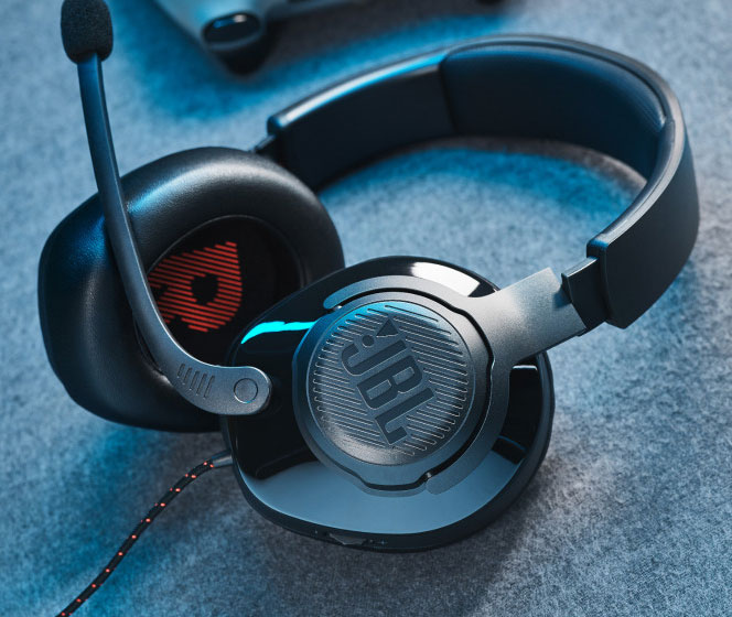 JBL-Quantum-200-Q300-Lifestyle-02